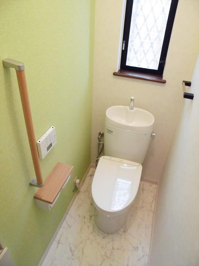 八王子市のトイレリフォーム事例 アクセント貼りでオシャレな空間に水