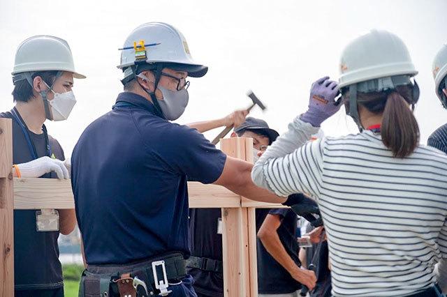 施工について指導中のニッカホームスタッフ・学生